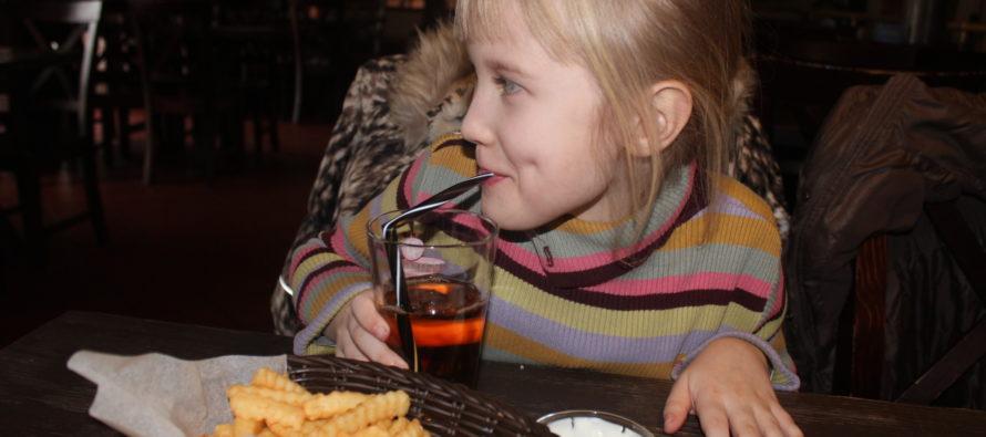 Helena-Reet: Lastega Saku pubis lõunatamas
