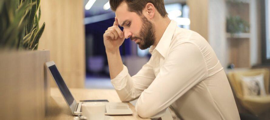 Tartu Ülikooli kliinikumi närvikliiniku vanemarst Mark Braschinsky toob välja põhjused, miks töö juures pea valutab