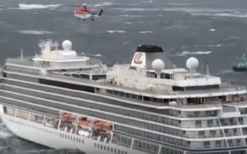 Merehätta jäänud Norra kruiisilaev MV Viking Sky jõudis Lääne-Norra Molde sadamasse
